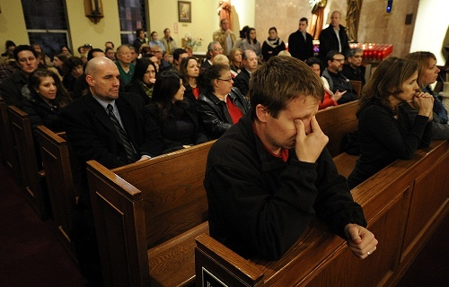 Sandy_hook_mourners_CNA_500x320